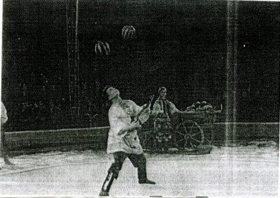 Dal Filipenko: 2 balls head bouncing while playing balalaika